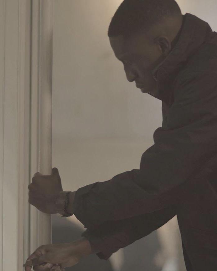 Dramane essayant d'ouvrir la porte du restaurant Season Martyrs.
